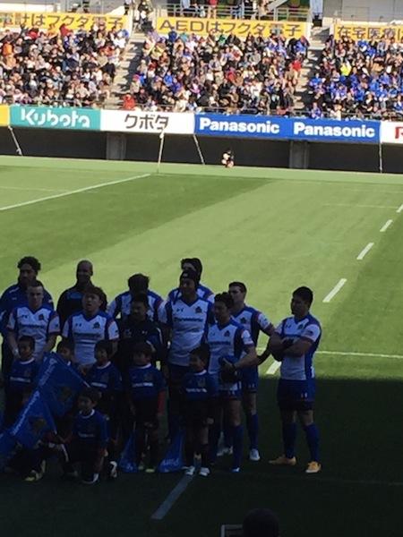 試合開始前の西原選手(右端)
