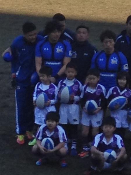 子ども達と映る西原選手 その2(写真左)