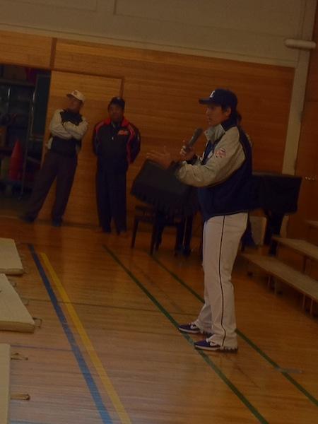 野球教室で子どもたちに夢を与える栗山選手