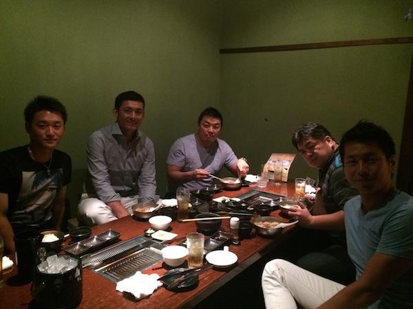 試合後の食事 左から永江選手 栗山選手 私 あと一般人野村證券の小城、二瓶