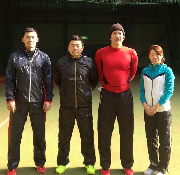 左から、栗山選手、私、上本選手、井上プロ